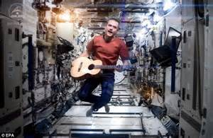 The end of Space Oddity - Bowie cover by Chris Hadfield to